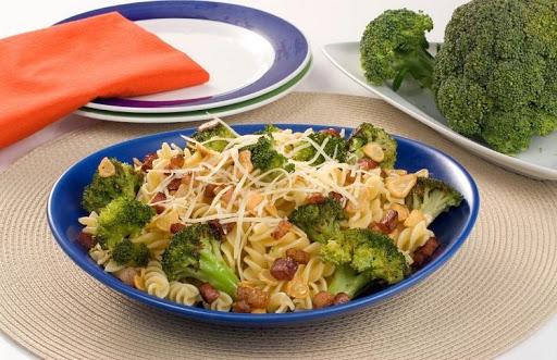 macarrao com bacon e brocolis